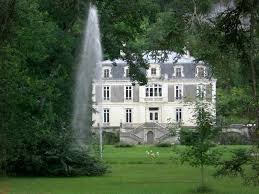 Castle at the foot of the Cerveyrieu waterfall