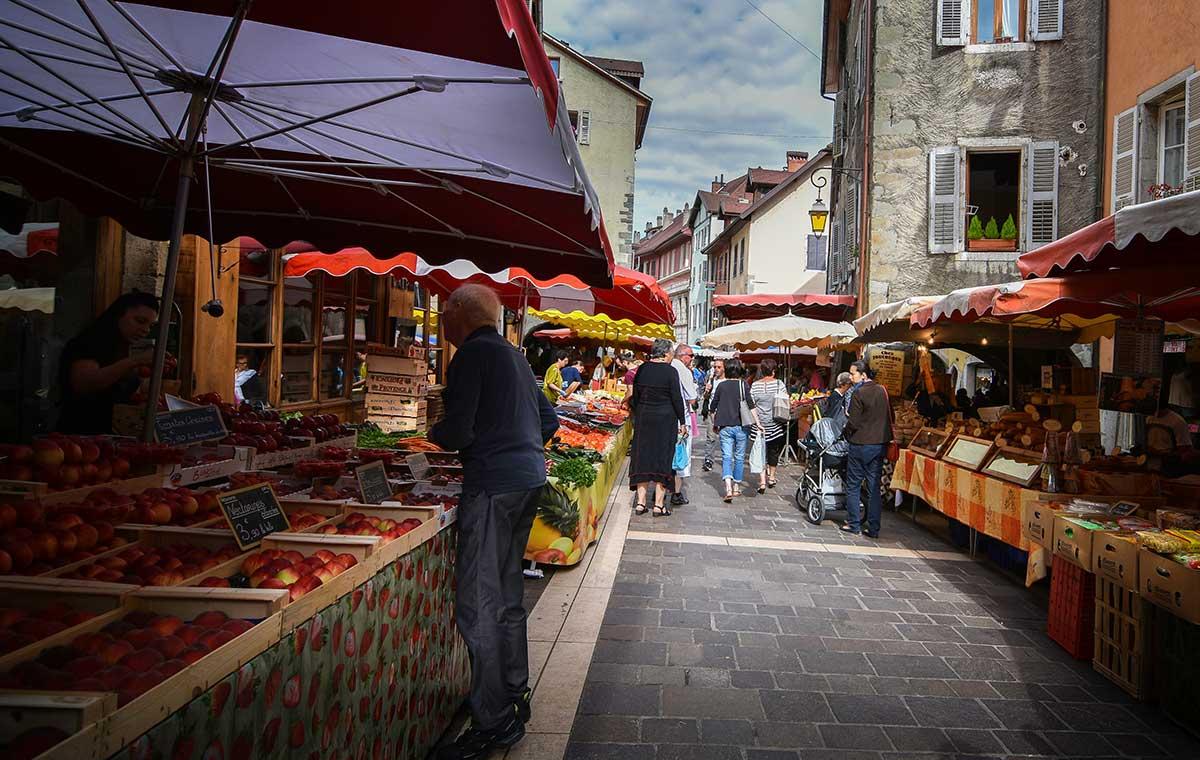 Marché dans la vieille ville d'Annecy